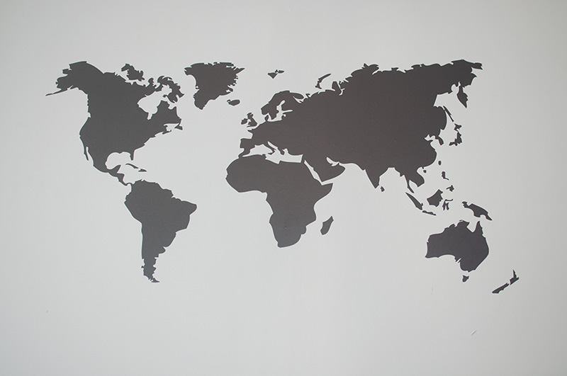 muursticker wereldkaart in het zwart goedkoop