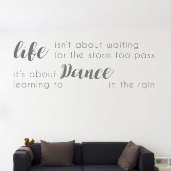 teks-tmuursticker-woonkamer-life-isn´t-about-waiting-for-the-storm-to-pass