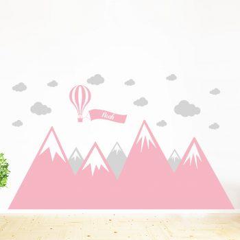 muursticker-bergen-babykamer-meisje-roze-luchtballon-wolken